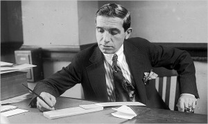 """Lo """"Scema Ponzi"""" prende il nome da Charles Ponzi, un immigrato italiano negli Stati Uniti che divenne famoso per avere applicato una simile truffa su larga scala nei confronti della comunità di immigrati prima e poi in tutta la nazione."""