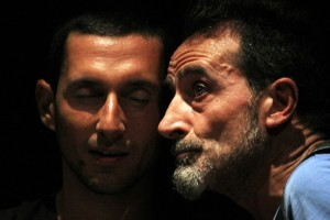 Dario Natale e Gianluca Vetromilo, padre e figlio sulla scena, in un primo piano carico di significato.