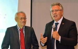 """Leon Ong Chua e Carlo Morabito, durante un momento della lezione  presso l'Aula Magna """"Italo Falcomatà"""" della facoltà di Ingegneria."""