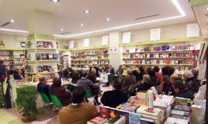 L'interno della Libreria Tavella in occasione di un evento culturale