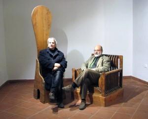 """Luigi Magli e Tonino Sicoli, con due sedie di Mario Ceroli ispirate ai """"Mobili nella Valle"""" di Giorgio De Chirico."""