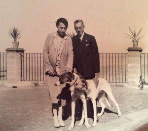 La marchesa Maria Elia de Seta Pignatelli con il ministro Michele Bianchi fotografati sulla terrazza di Palazzo de Seta a Palermo.