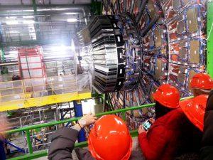 """studenti del Liceo """"Volta"""" di Reggio Calabria all'interno del laboratorio del CERN di Ginevra, di fronte l'acceleratore atomico"""