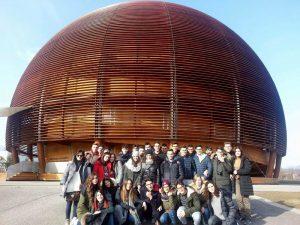 """gli studentie del Liceo """"Volta"""" di Reggio Calabria e gli insegnanti accompagnatori all'ingresso del CERN di Ginevra."""
