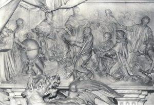 raffigurato  il bassorilievo del mausoleo della Basilica Vaticana in Roma dedicato a Gregorio XIII: Antonio Lilio genuflesso porge al pontefice il libro del nuovo calendario.