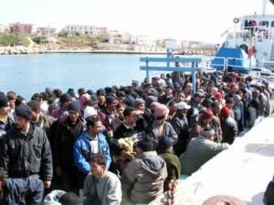 """La nave """"Vega"""" della Marina militare ha trasportato a Reggio Calabria i 555 Immigrati soccorsi al largo di Portopalo di Capo Passero."""