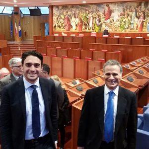 Il presidente Irto con l'ambasciatore Marrapodi nell'Aula del Consiglio regionale della Calabria