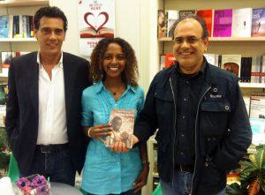 """I fratelli Gioacchino (a destra) e PierLuigi Tavella con la scrittrice etiope-americana Maaza Mengiste che ha presentato nella libreria lametina il suo libro """"Lo sguardo del leone"""""""