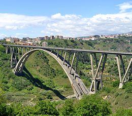 Il magnifico ponte Morandi (oggi Ponte Bisantis) a Catanzaro città che l'11 giugno va al voto