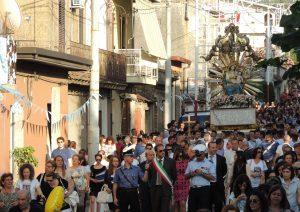 inchino al boss durante processione