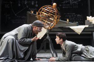 """""""La sola libertà per l'uomo è la libera ricerca della verità"""": un'immagine dello spettacolo """"Vita di Galileo"""" (Bertolt Brecht) diretto (e interpretato) da Gabriele Lavia."""